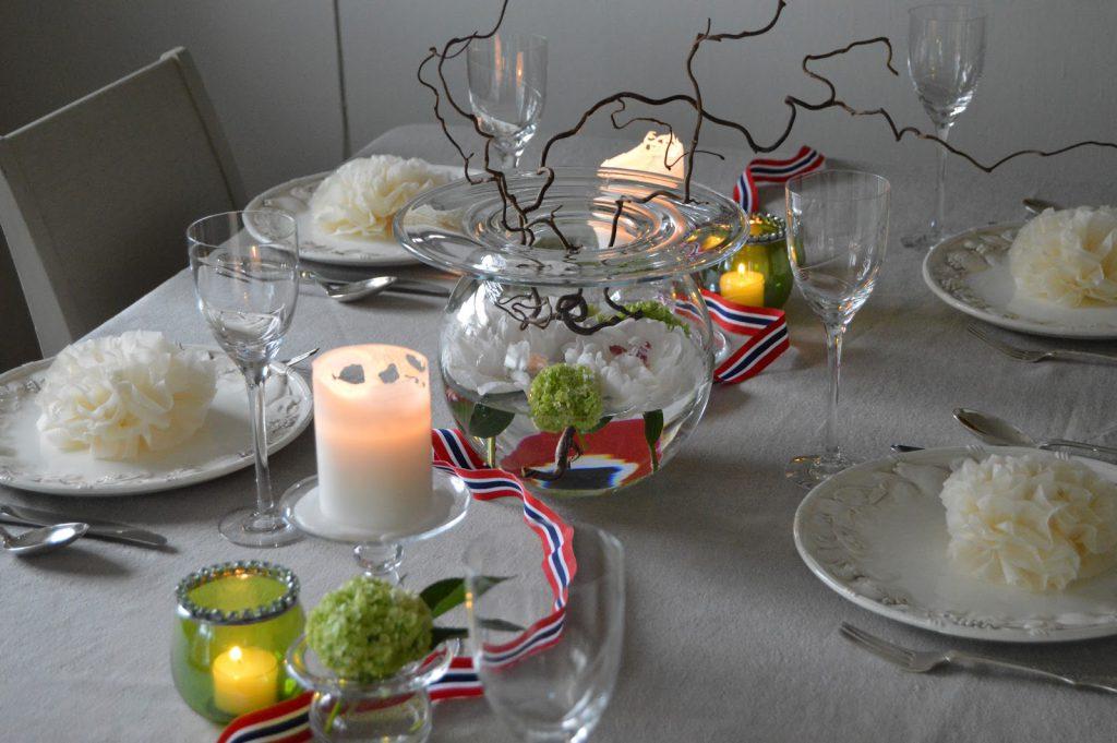 Borddekking til 17.mai med vårens vakre blomster - Oversikt over bordet