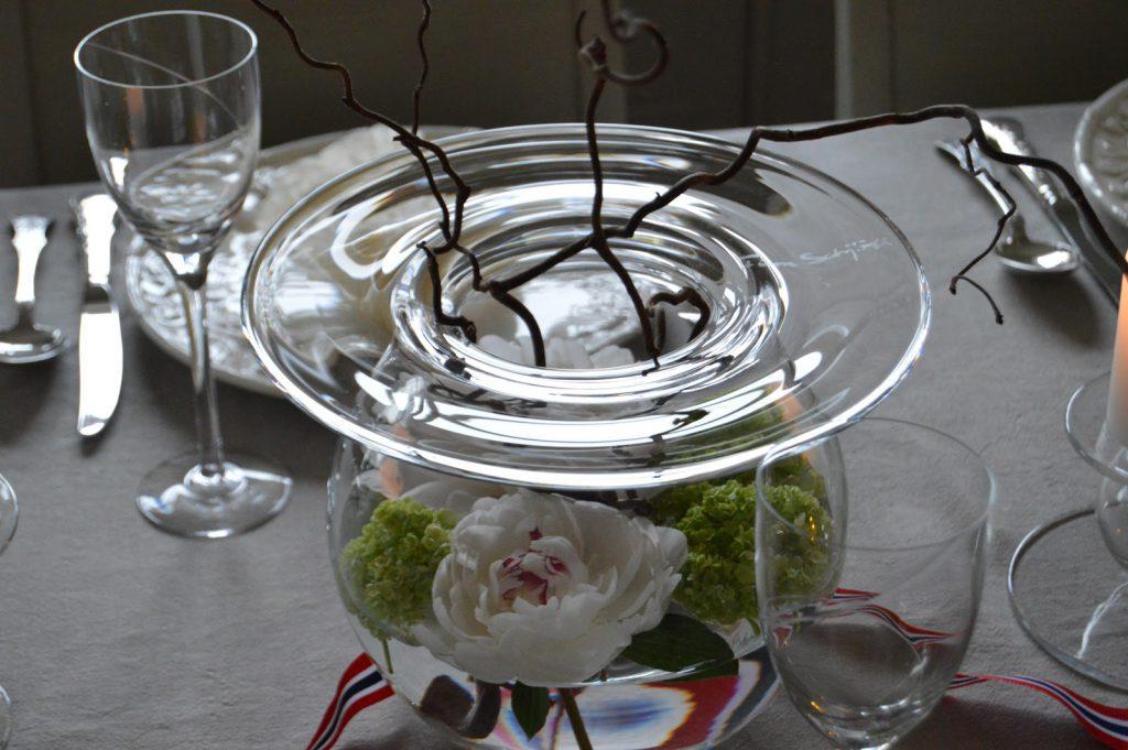 Borddekking til 17.mai med vårens vakre blomster - jeg bruker stadig boblen, designet av Finn Schjøll