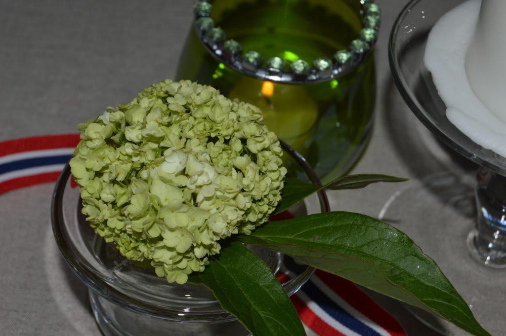 Borddekking til 17.mai med vårens vakre blomster - syrinhortensia