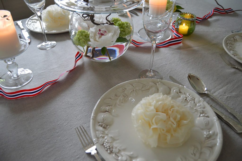 Borddekking til 17.mai med vårens vakre blomster - serviettbretting