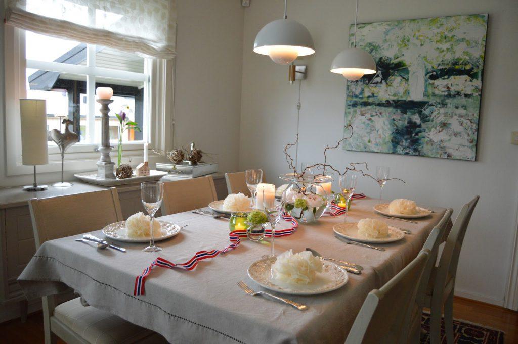 Borddekking til 17.mai med vårens vakre blomster - hele bordet pyntet til fest