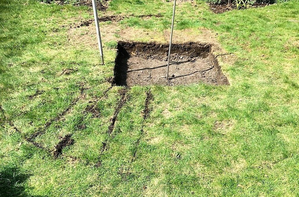 Prosjekt vannbord er i gang, med bedkanter fra Everedge - gravingen av sirkelen rundt vannbordet graves ut IMG_5823 (2)-min