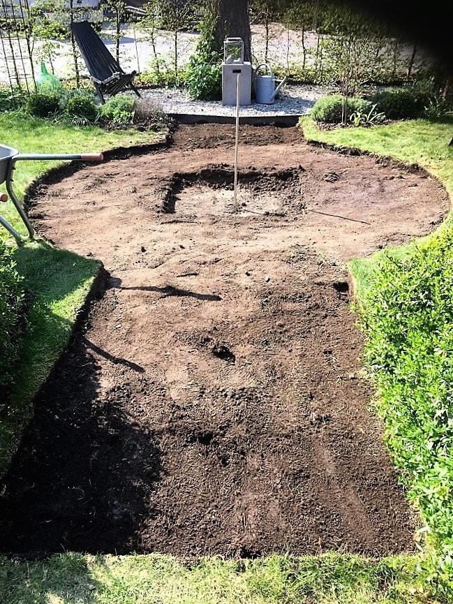 Prosjekt vannbord er i gang, med bedkanter fra Everedge - hele sirkelen er ferdig utgravd - nesten alt er ferdig utgravd IMG_5834 (2)-min (1)