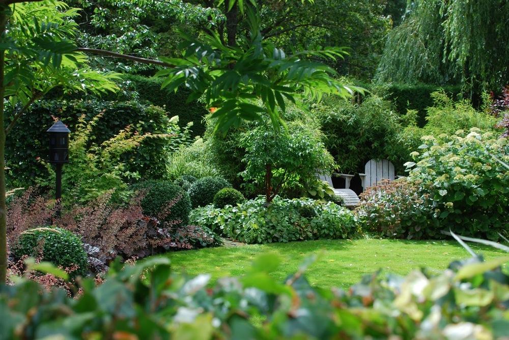 Idag har jeg gleden av å vise deg Marias drøm av en hage - Rominndeling og blomsterbed i Marias hage