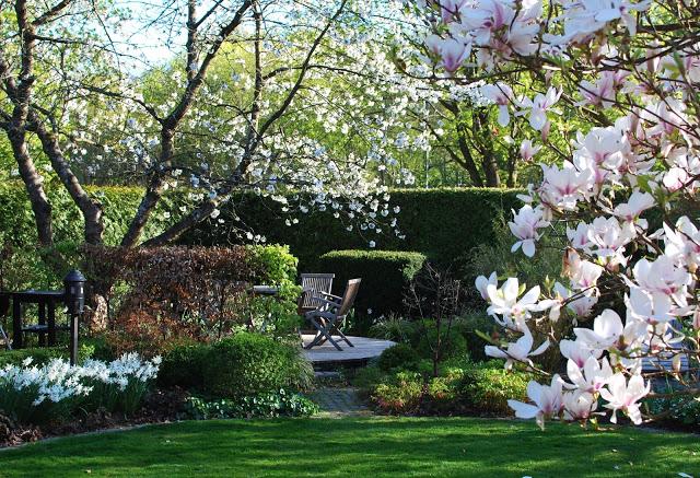 Idag har jeg gleden av å vise deg Marias drøm av en hage - Sitteplasser i Marias Hage - vårblomstring
