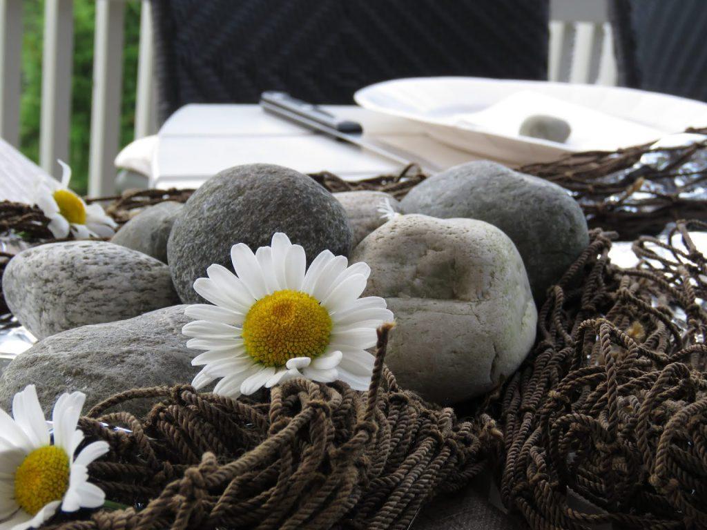 Borddekking til familiens sommerfest på hytta - Elvestein passer også godt til borddekking IMG_5337-min