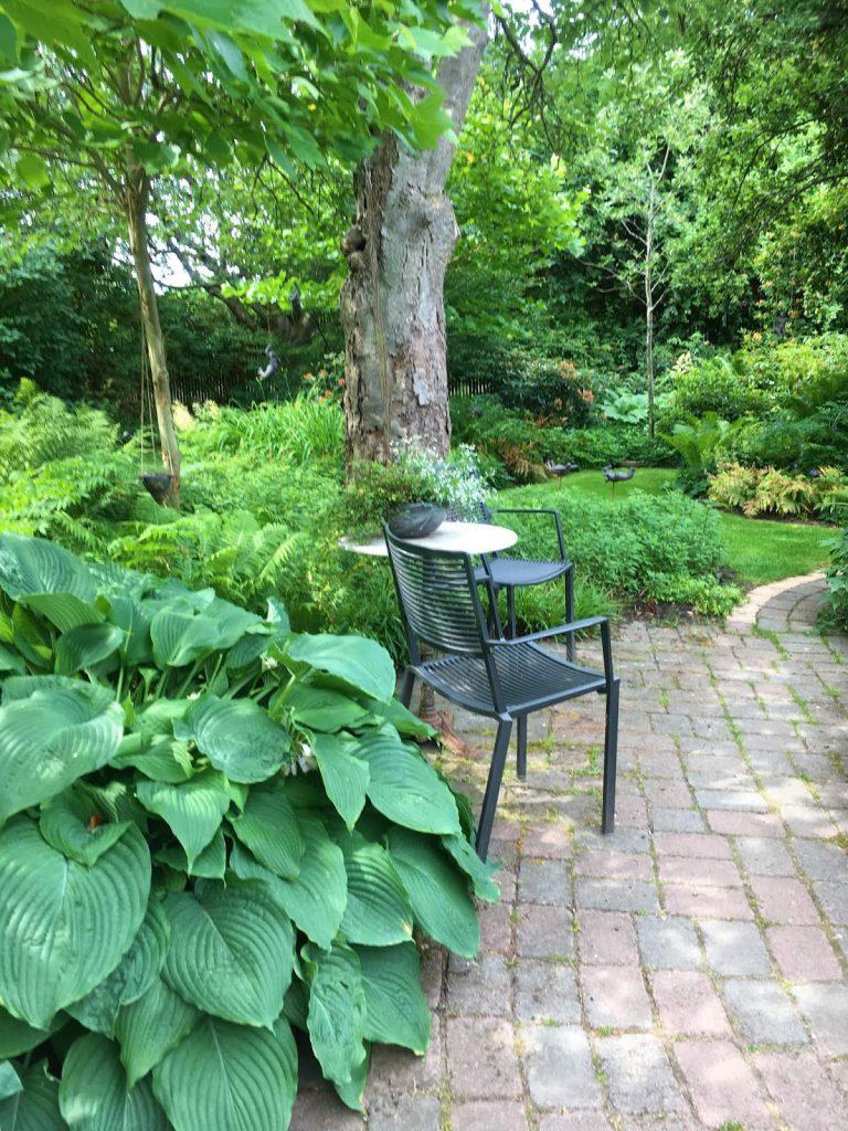 Sitteplasser var det i flere soner i denne hagen. Trädgårdsrundan i Skåne