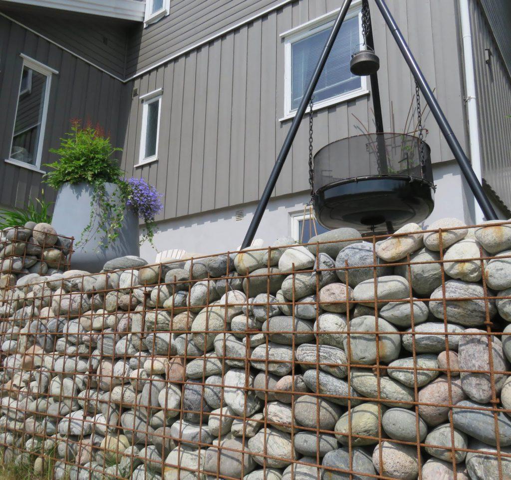 Her ser du mer av gabionmuren. Praktisk og tøff mur. Hos Signe Kari og Vidar