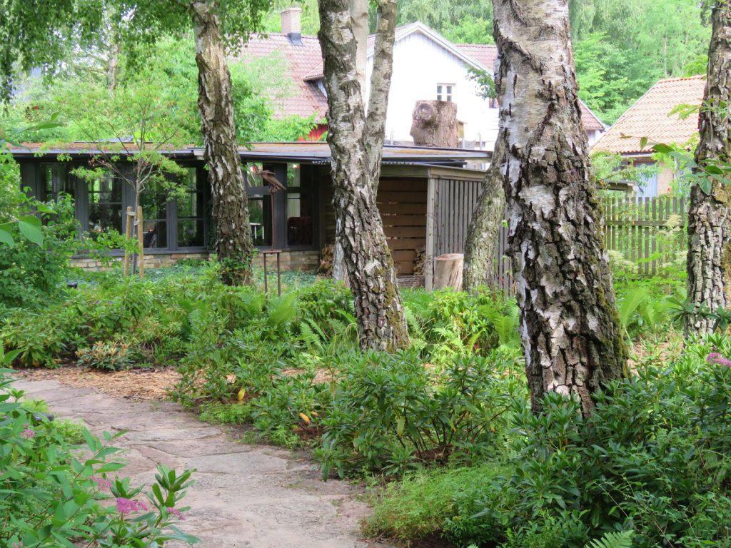 Bølgende stier gjennom hele hagen gjør den ekstra spennende, Solhem. Trädgårdsrundan i Skåne.