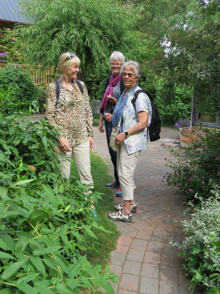 Her er tre flotte damer som var med i reisefølget. Solhem. trädgårdsrundan i Skåne.