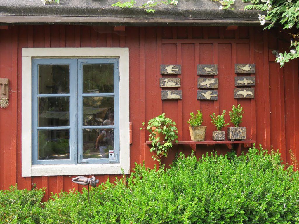 Her er verkstedet til kunstneren Rolf, Solhem. Trädgårdsrundan i Skåne.