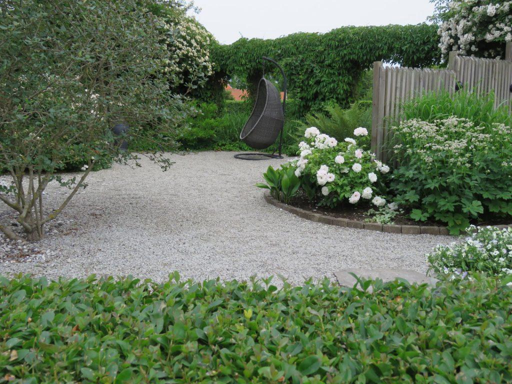 Nyt den hvite hagen - sitteplass ved blomsterbed i my white garden, trädgårdsrund, Helsingborgan