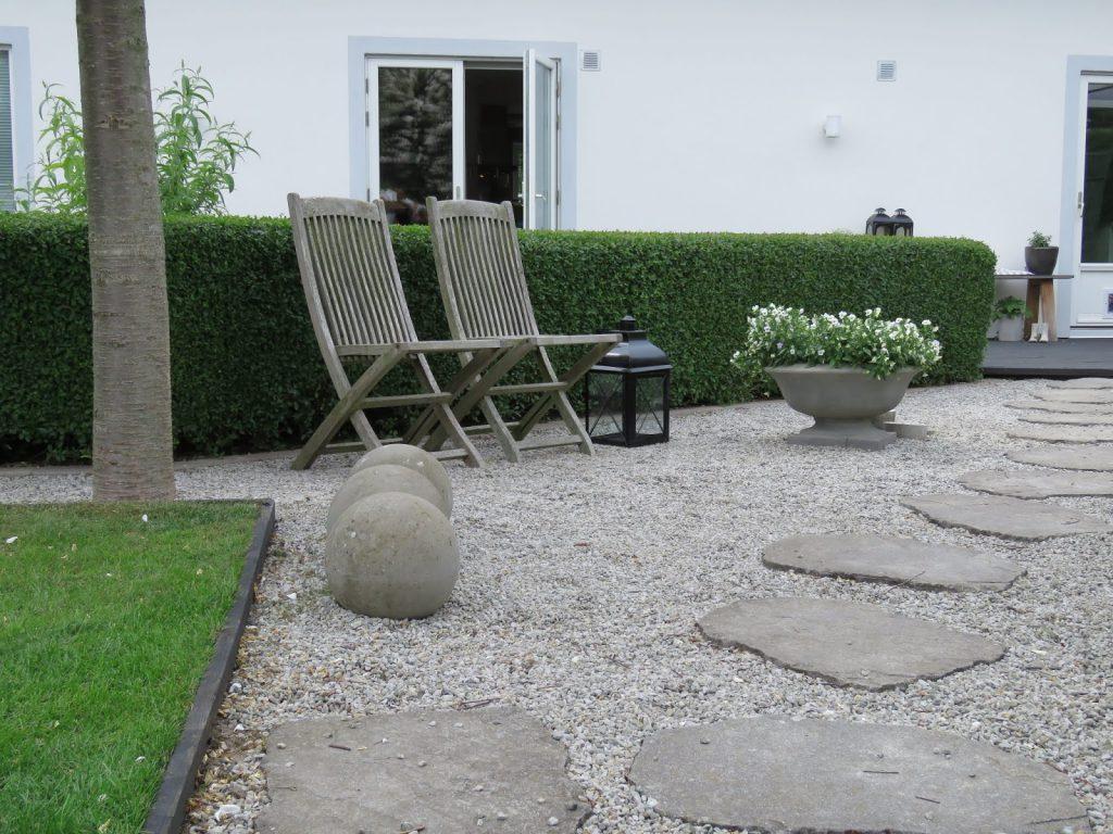 Nyt den hvite hagen - Sitteplass med grus, heller og runde betongkuler i my white garden, trädgårdsrundan, Helsingborg