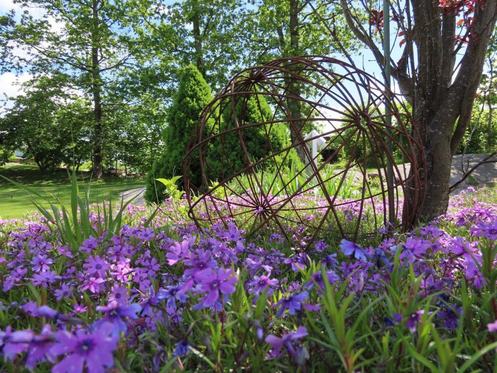 Stilrene uterom med flotte solplasser -Blomsterbed med en ball i rust IMG_1558-min