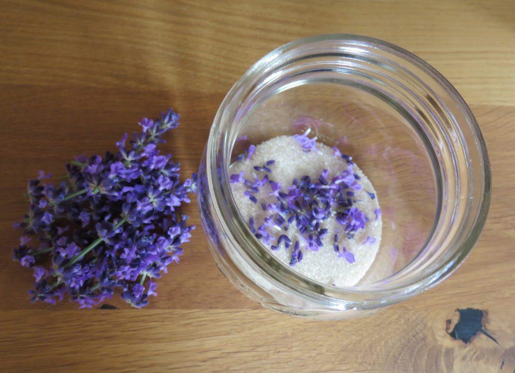 Lag ditt eget lavendelsukker. Lavendelblomstene er så vakkert i sukker.