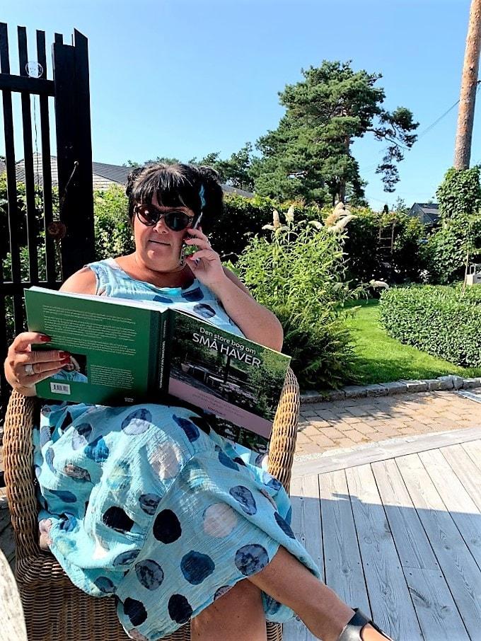 Den store bog om små haver - vinn boken - Mitt hagebesøk koser seg med boken IMG_2977 (2)-min