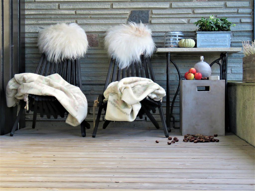 Høst på overbygget veranda i Furulunden - Yggoglyngstoler og hele sitteplassen i høstmodus