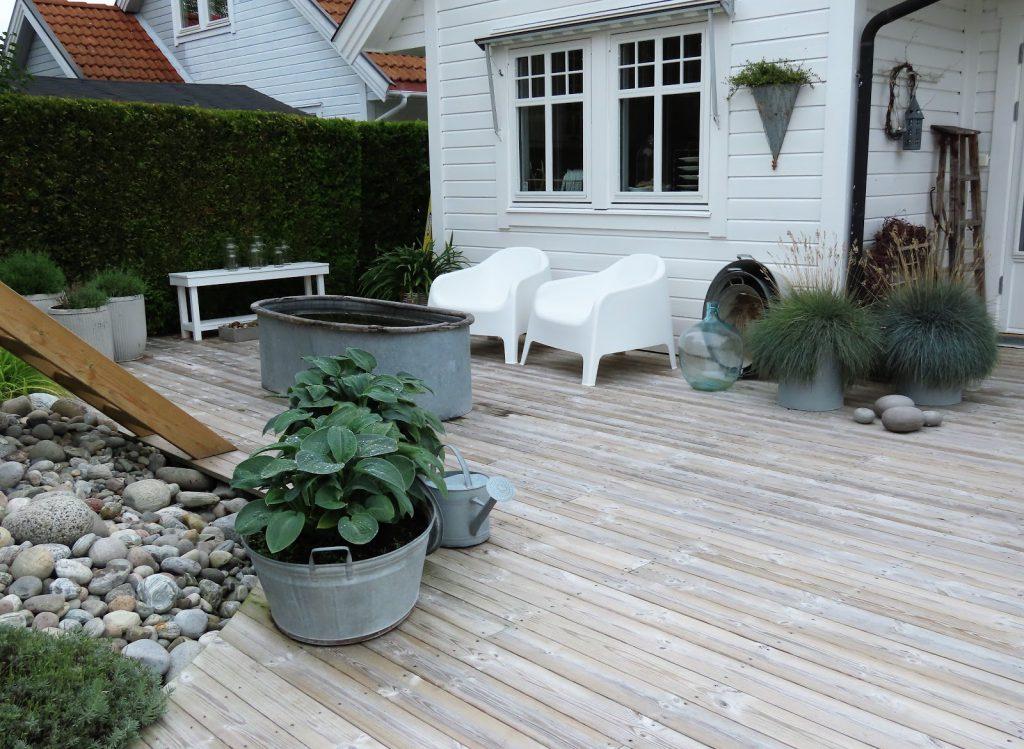 Jeanette klarer seg utmerket med å ha terrasse som hage - flere elementer satt sammen  rundt en sittegruppe IMG_3435 (2)