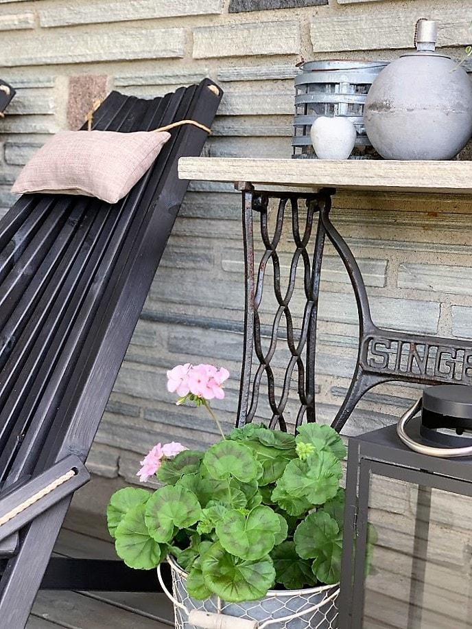 Sitteplass med tak over - detalj av stol, plante og singerbord med skiferplate IMG_3265 (2)-min