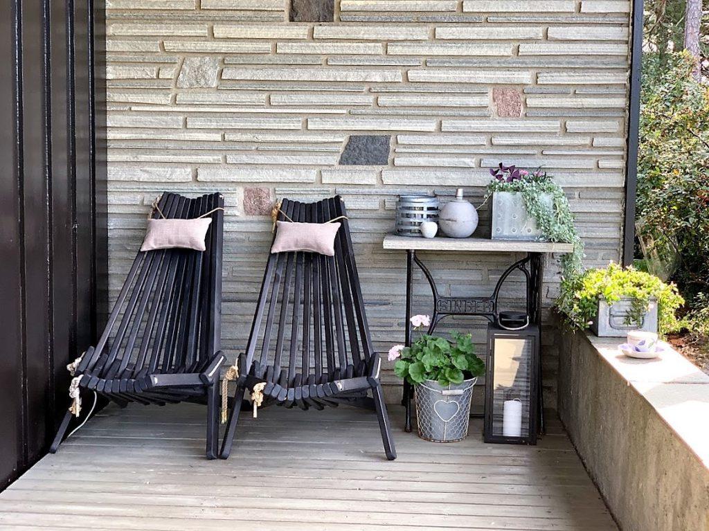 Sitteplass med tak over - her kan vi sitte om det kommer noen regndråper også - rett utenfor stuen IMG_3257 (2)-min