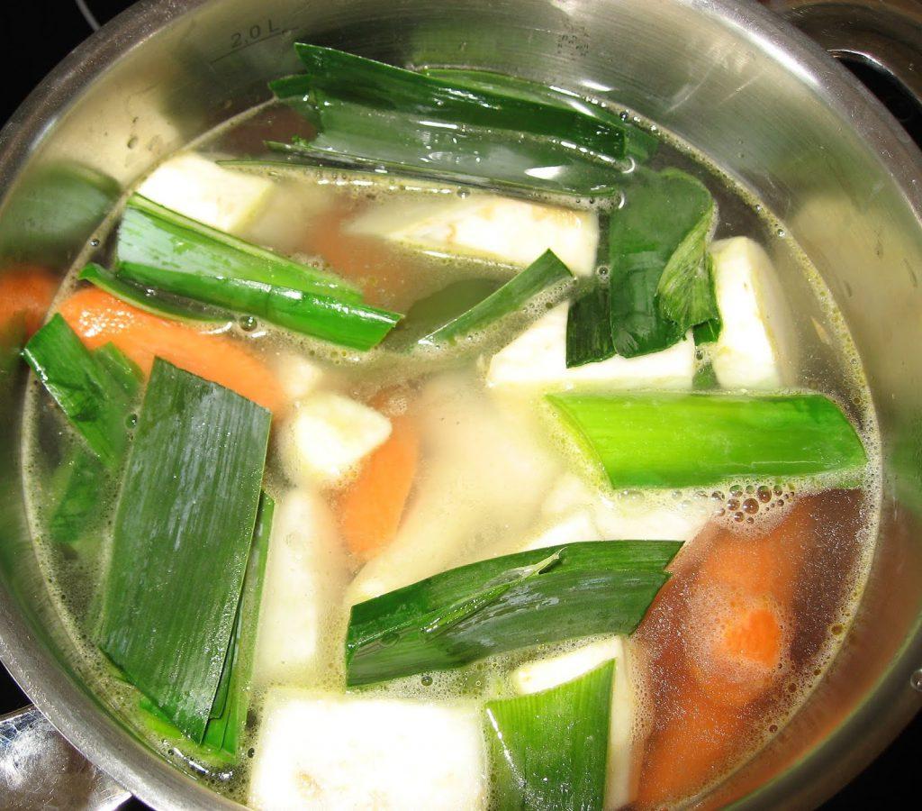 Fiskesuppe laget fra bunnen av - med grønnsaker - grønnsaker blanchert og klar til koking.