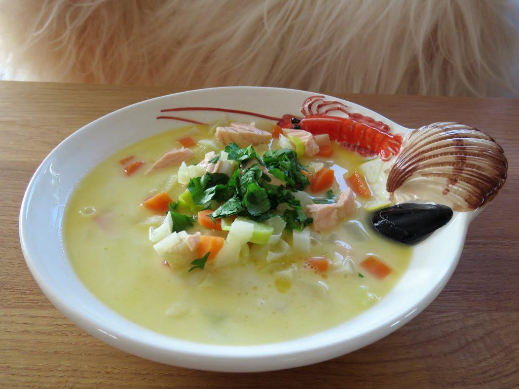 Fiskesuppe laget fra bunnen av - klar til servering