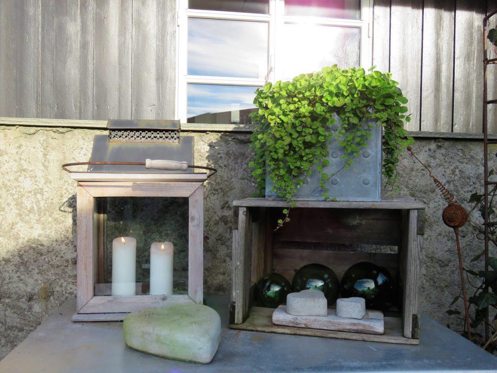 Høsten preger terrassen i Furulunden med peiskos - stilleben på bordet ved siden av peisen