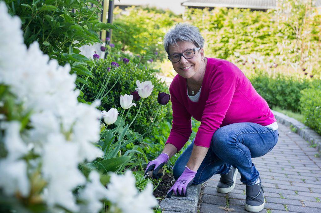 Kjære alle dere som følger meg - Bilde av meg foran et blomsterbed Fotograf Christine Heim for Fredrikstad Blad-min