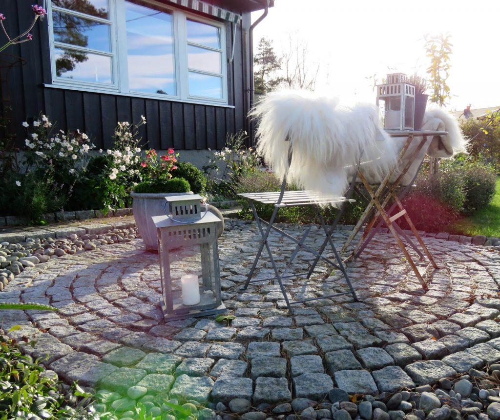 Når høsten inntar sirkelen i Furulunden - sitteplassen sett bakfra IMG_2995 (2)-min