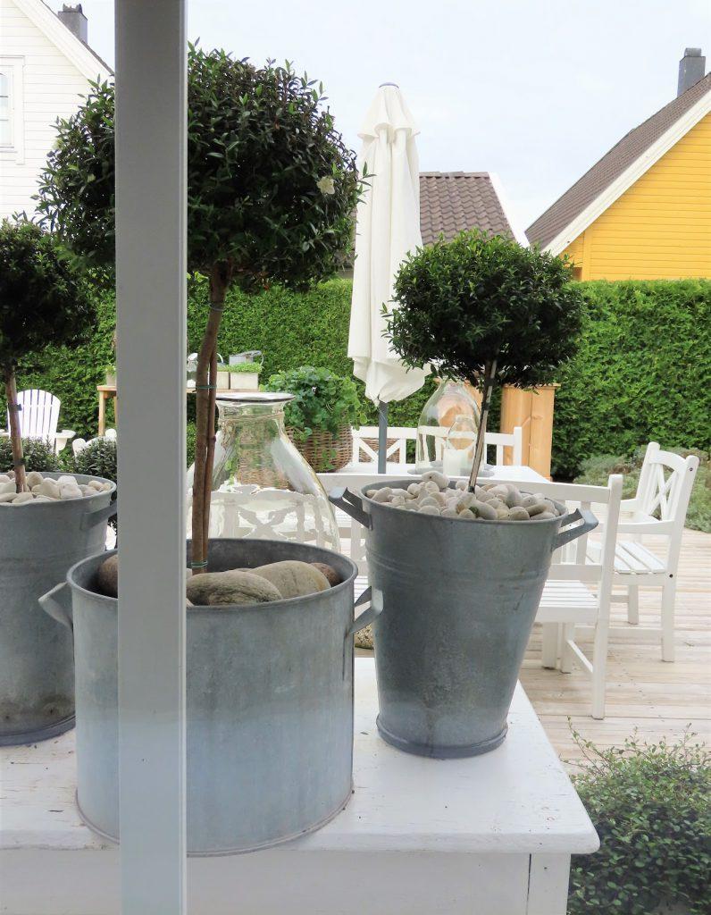 Når interiør og hage samsvarer - hjemme hos Jeanette - utsyn fra stuen til terrassen IMG_3389 (2)