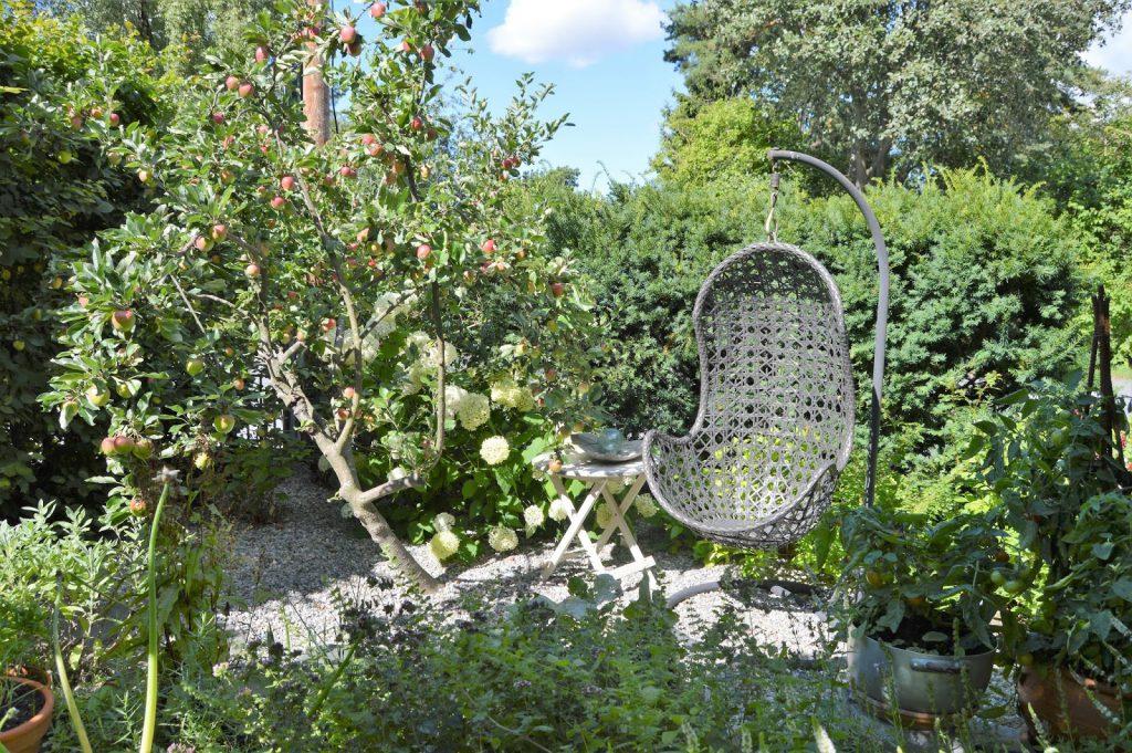 Se en hage i harmoni med seg selv - Kosekrok ved epletreet. Furulunden.
