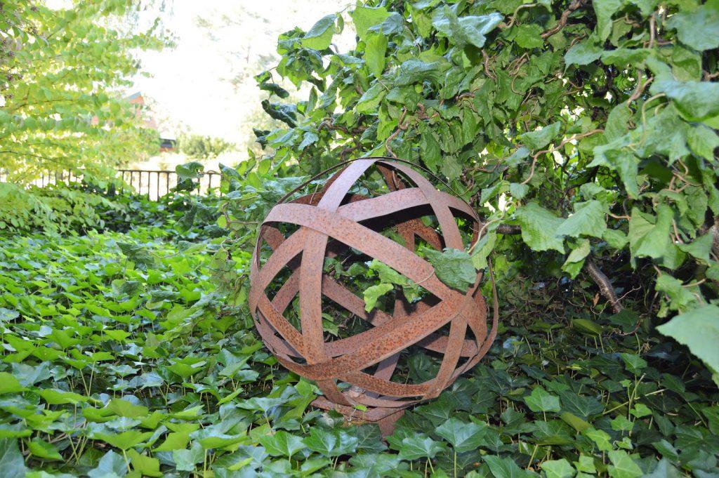 Se en hage i harmoni med seg selv - Rusten ball. Furulunden.