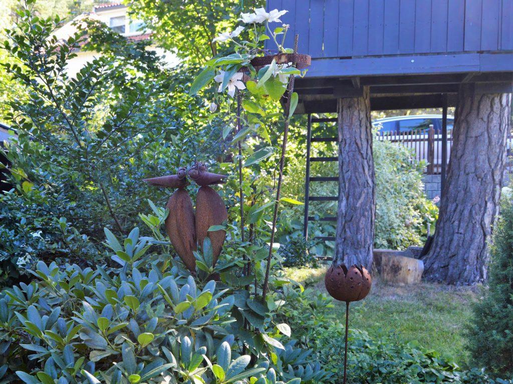 Se en hage i harmoni med seg selv - Rustent stilleben i hagen til Kari og Kolbjørn. Furulunden