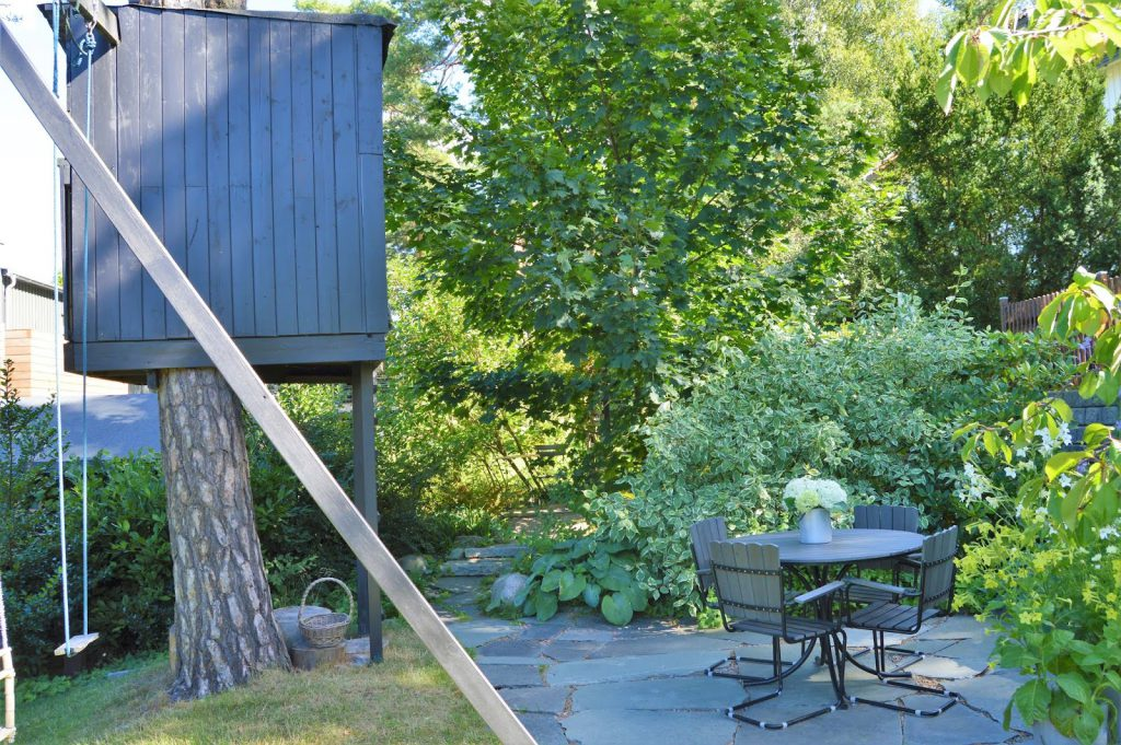 Se en hage i harmoni med seg selv - Sittegruppe ved lekehus i et tre. Furulunden.