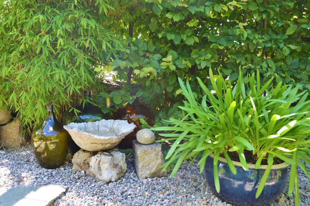 Se en hage i harmoni med seg selv - Stilleben med vinballonger. Furulunden.
