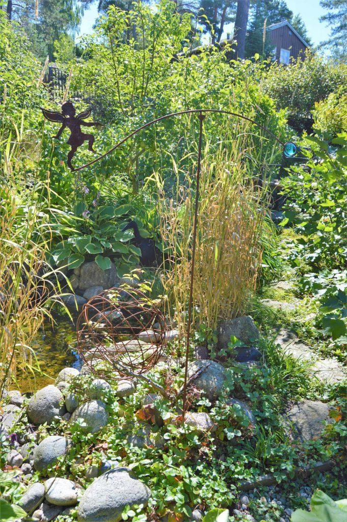 Se en hage i harmoni med seg selv - Tingeling ved damkanten. Furulunden.
