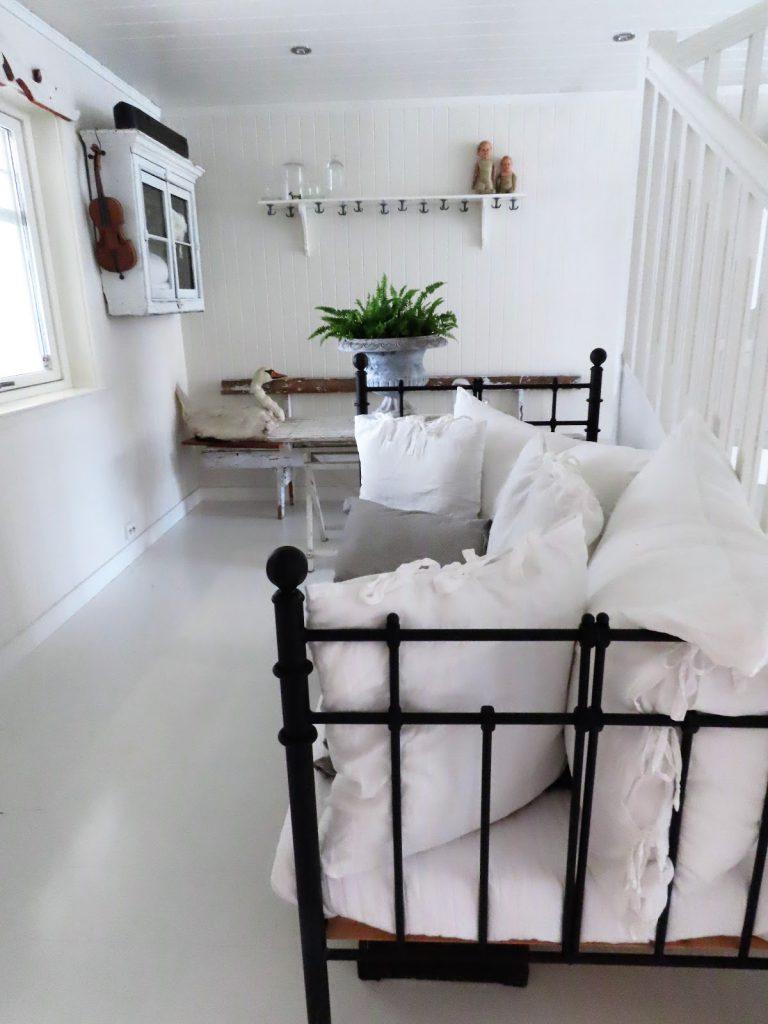 Svartmalt seng til det hvite interiøret - fin effekt IMG_3360 (2)
