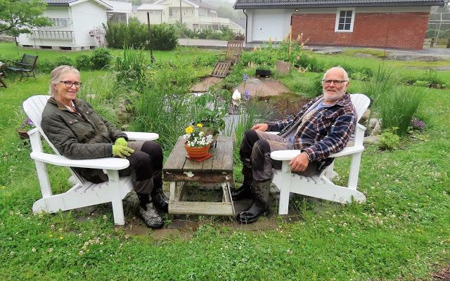 Anne Marit Skovly og Einar Grønnevik sitter ved dammen og slapper av litt