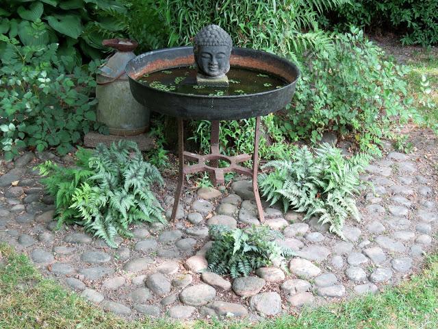 Nyt en hage fra Trädgårdsrundan i Helsingborg - Stilleben med vannfat