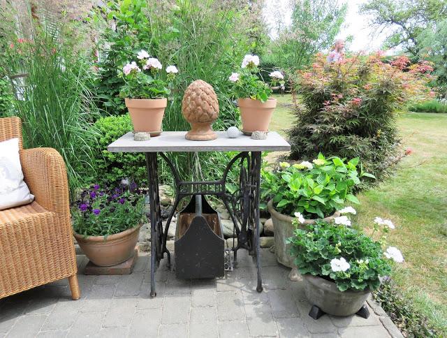 Nyt en hage fra Trädgårdsrundan i Helsingborg -  - Stilleben på terrasssen med sybord