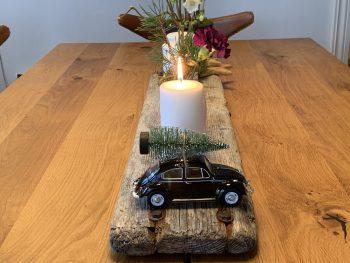 Advent - arrangement med hvite lys og lilla blomst IMG_4597-min