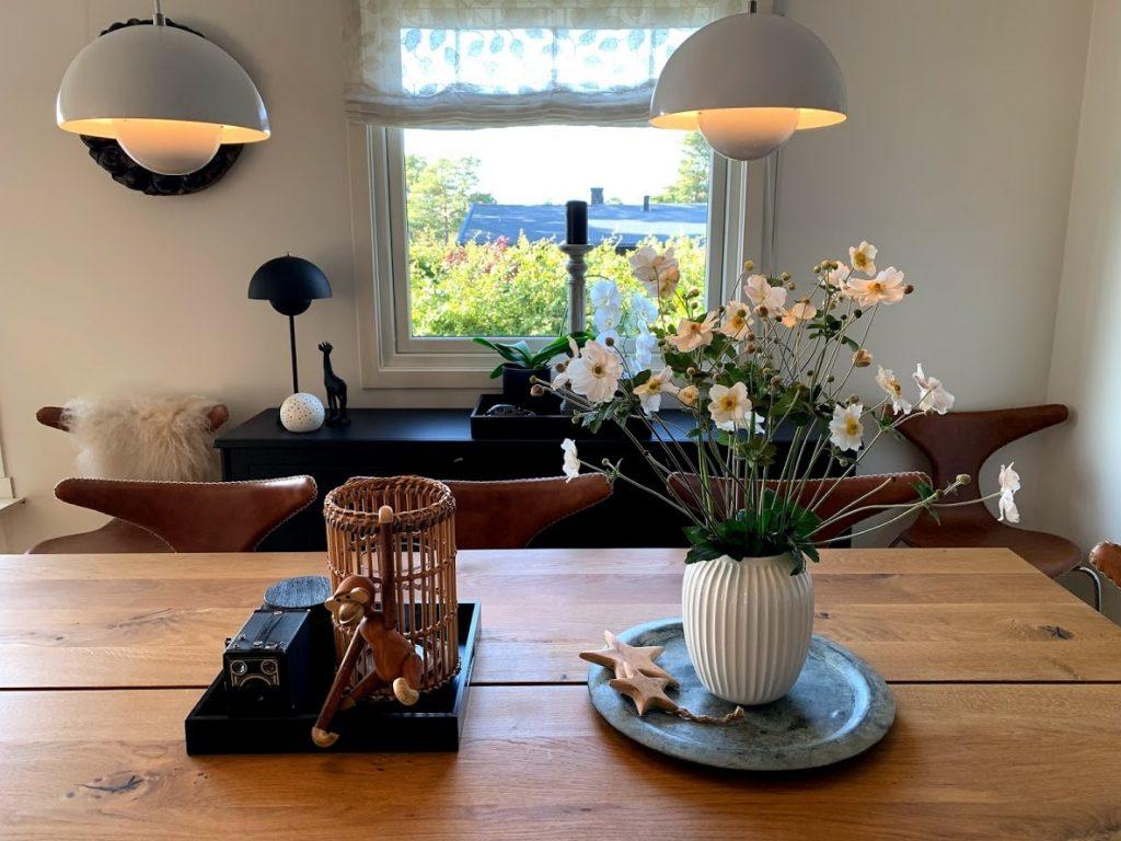 Høstanemone i vase på spistuebordet