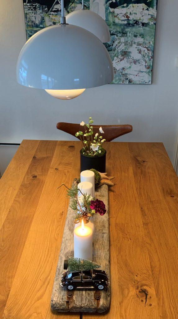 Her-ses-hele-adventsarrangementet-på-stuebordet-hvite-lys-og-lilla-blomst-IMG_4605-2-min-1