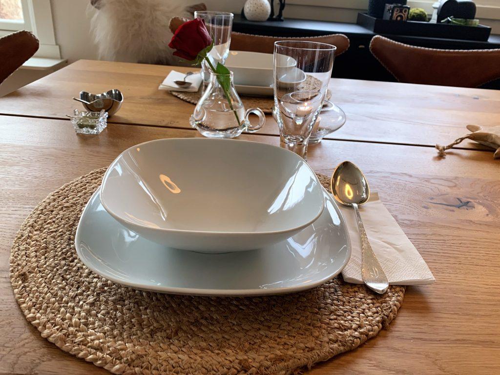 Borddekking til to - en deilig krydret gulrotsuppe på menyen