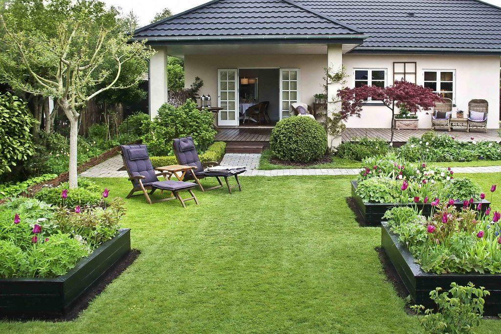 En hage med flere opphøyde bed