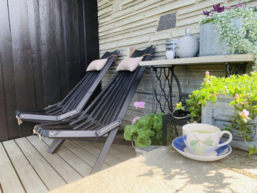 Sitteplasser i hagen - under tak i Furulunden