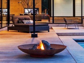 Vinn en bålpanne i Cortenstål fra Fuera - her ses den i et terrassemiljø