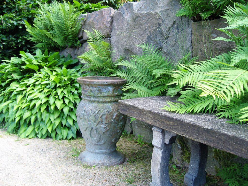 På utflukt til Gøteborgs botaniske Hage - Sitteplass med urne og planter