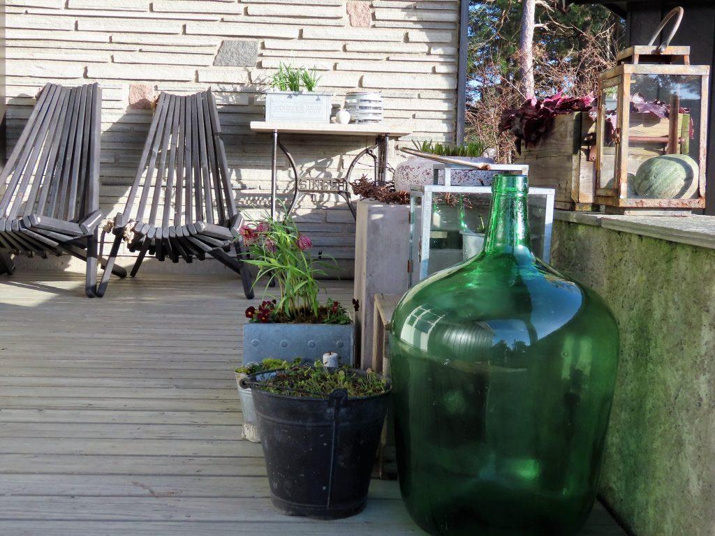 Slik lager du et vårlig arrangement på terrassen - sett fra siden