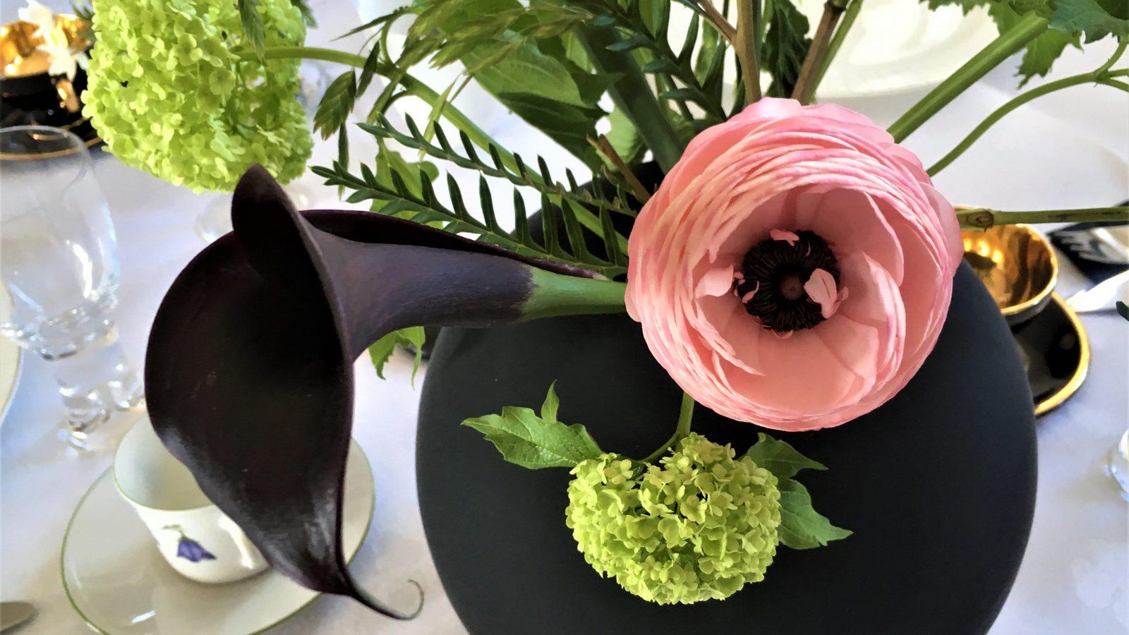 Borddekking - Tips til vakre blomster på bursdagsbordet Svart-rosa-grønt-min